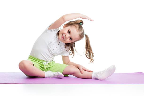 お子様向けフィットネスのエクササイズを - 体操競技 ストックフォトと画像