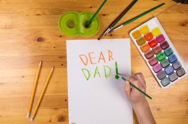 kinder zeichnen grußkarte für vatertag, leeren raum für text - vatertagsgrüße stock-fotos und bilder
