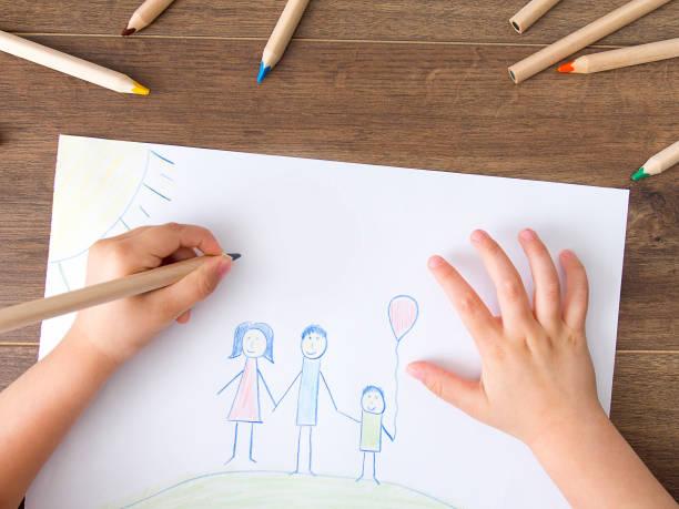 kid drawing a happy family - disegnare foto e immagini stock