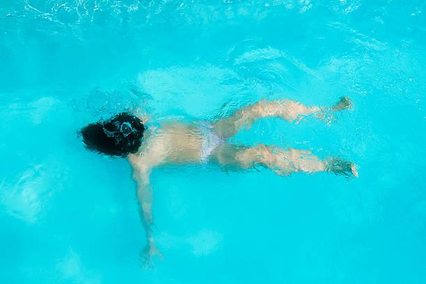 Kid ahogarse - foto de stock