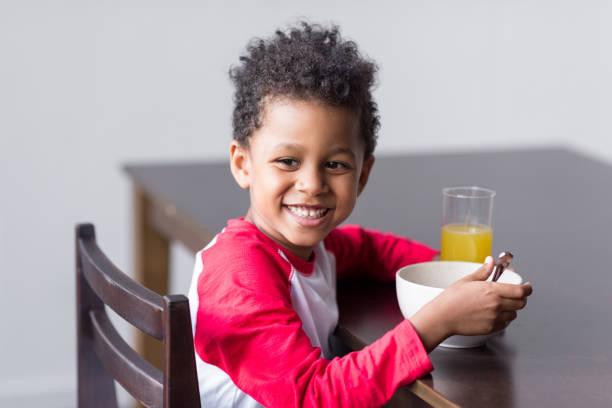 kind gesund frühstücken - innocent saft stock-fotos und bilder