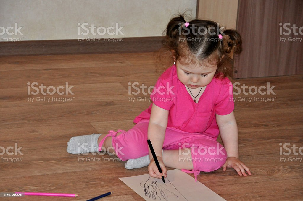 Niña niño dibujo con lápices foto de stock libre de derechos