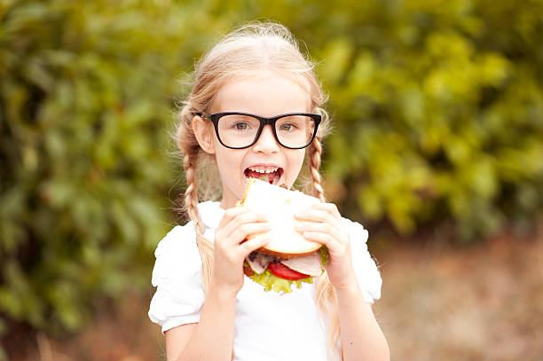 kid girl eating - mini amusementpark stockfoto's en -beelden