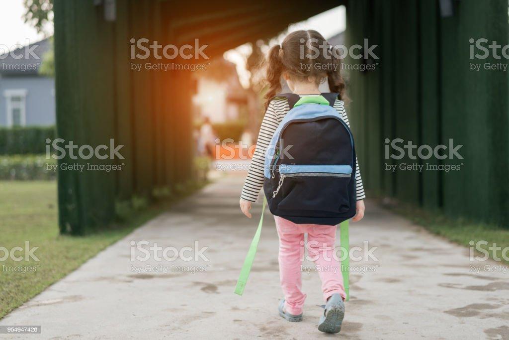 여자 학생 연구 학교 혼자 schoolbag, 유치원 및 유치원 교육 개념 학습 후 집으로 다시 걷는 아이. 스톡 사진