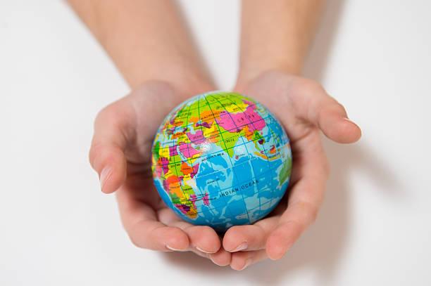 Enfant tenant petit monde Globe sur ses mains - Photo