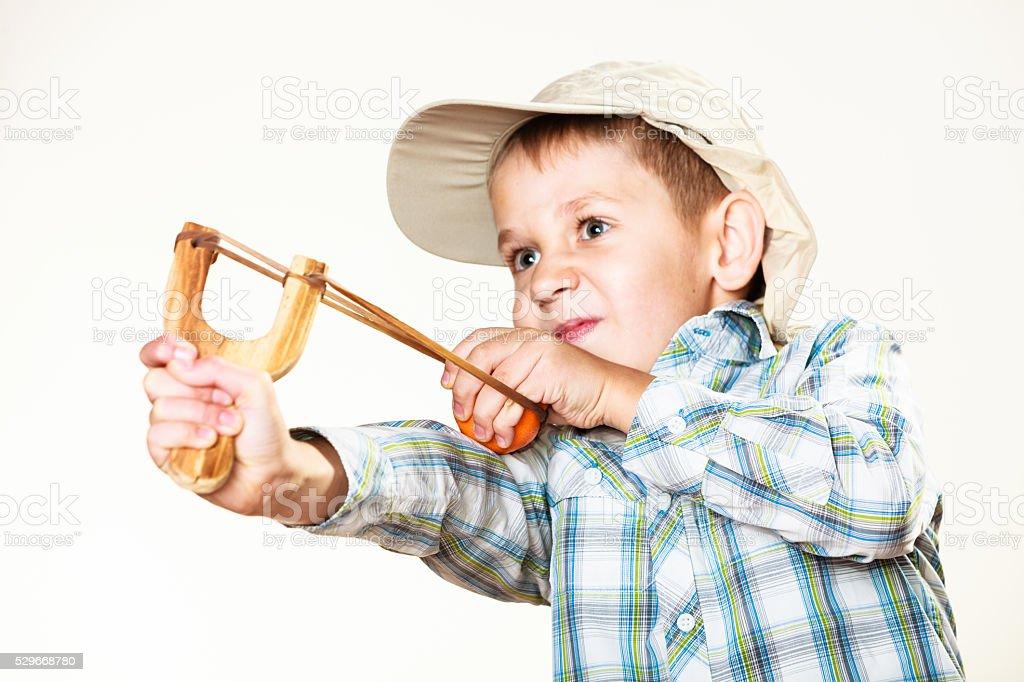 Kind holding Schleuder in Händen – Foto