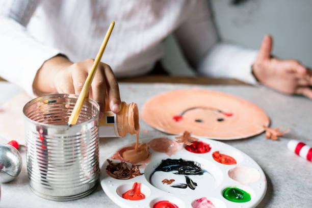kinder malen santa auf einen pappteller - weihnachtsbilder zum ausmalen stock-fotos und bilder
