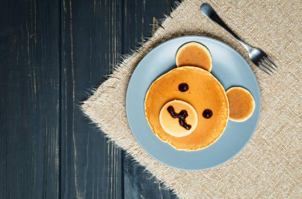Kind-Pfannkuchen-Frühstück in Form eines Bären – Foto