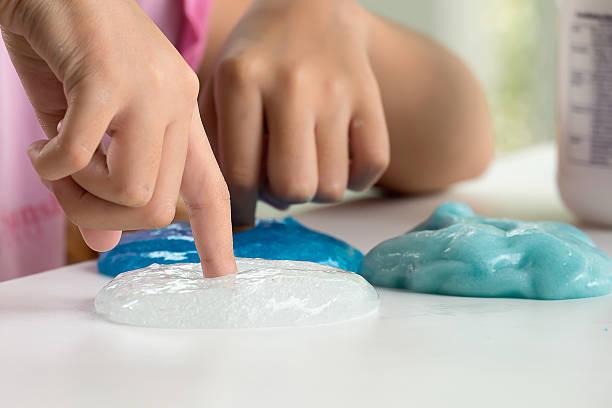 Niño jugando juguetes artesanal llamada de las estrellas - foto de stock
