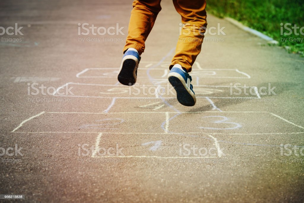 石蹴りで遊ぶお子様のプレイグラウンド ストックフォト