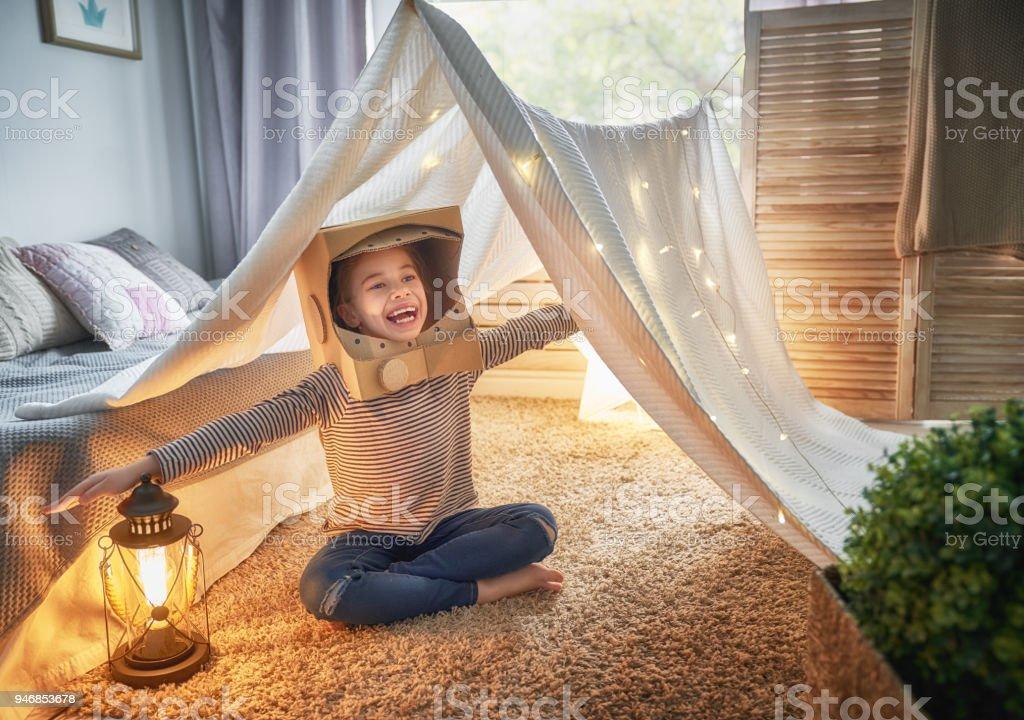 Kind spielt im Zelt – Foto