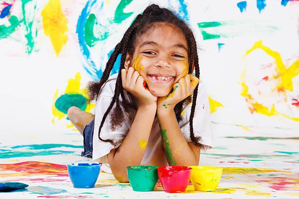 kind spielt mit finger farben - fingerfarben stock-fotos und bilder