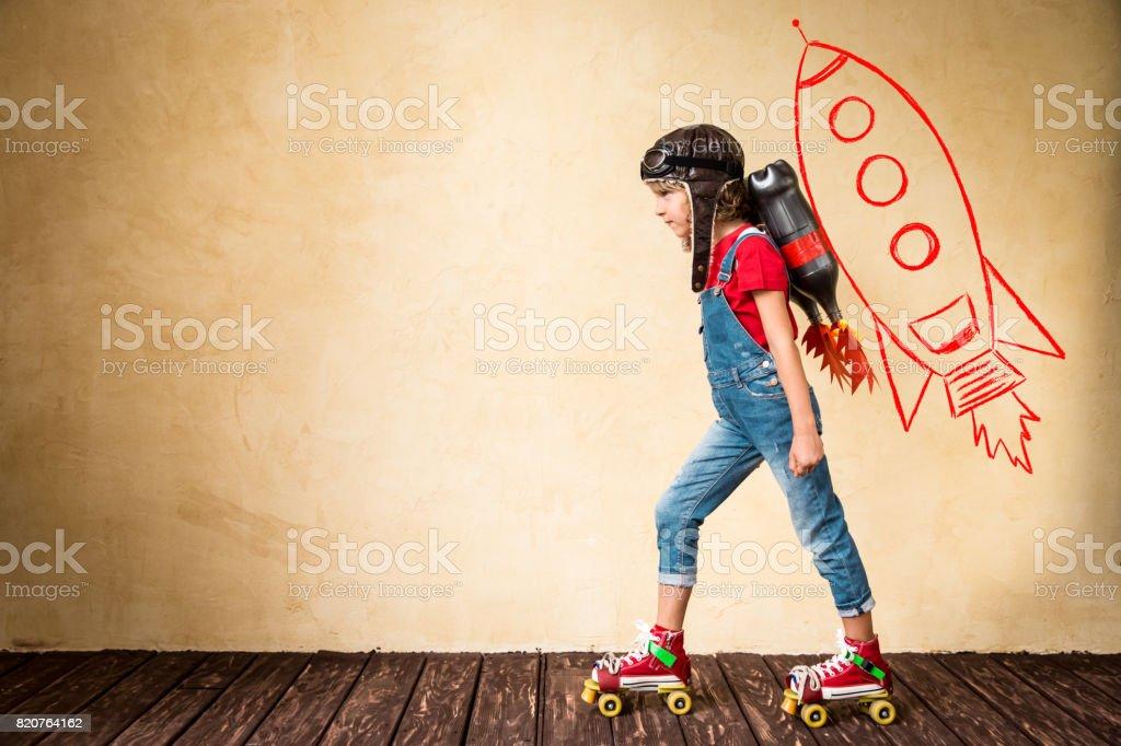 Kind spielt mit Jet-Pack zu Hause – Foto