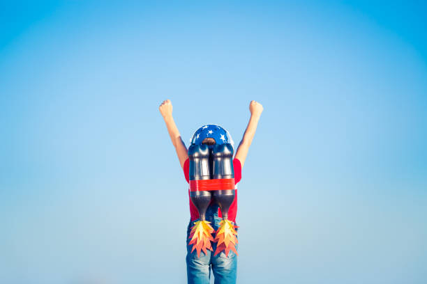 Criança brincando com jet pack - foto de acervo