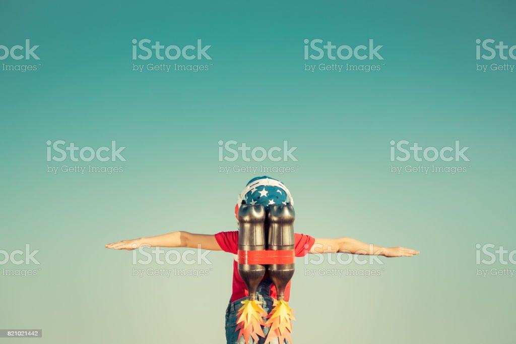 Kind spielt mit Jet-pack – Foto