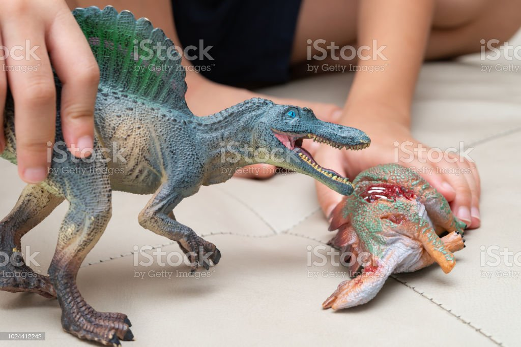 Niño Jugando De Juguetes Spinosaurus Con Cuerpo Y Stegosaurus O08XwPnk