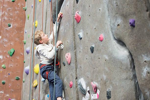 kid rock climbing - mini amusementpark stockfoto's en -beelden