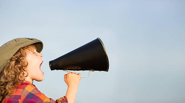 Garoto gritando através de megafone - foto de acervo