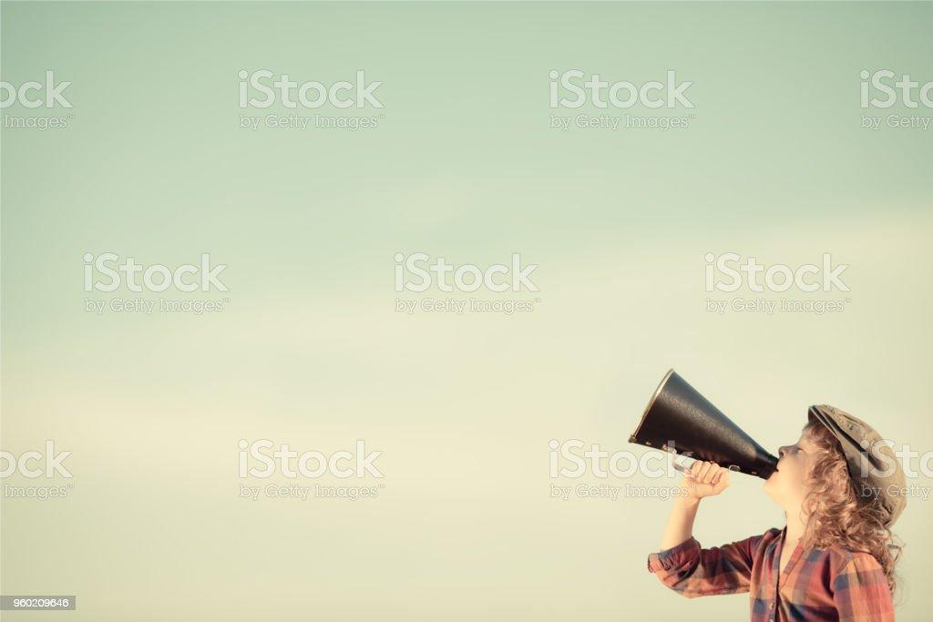 Kind schreien über Megafon – Foto