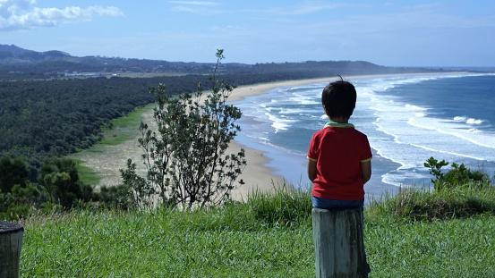 Grabben Sitter På Trä Inlägg Ser På Panoramautsikt Över Hav Mark-foton och fler bilder på Australien