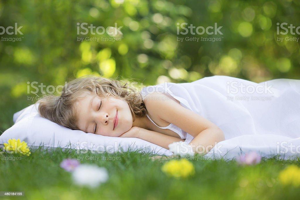 Kind schläft im Frühling Garten – Foto