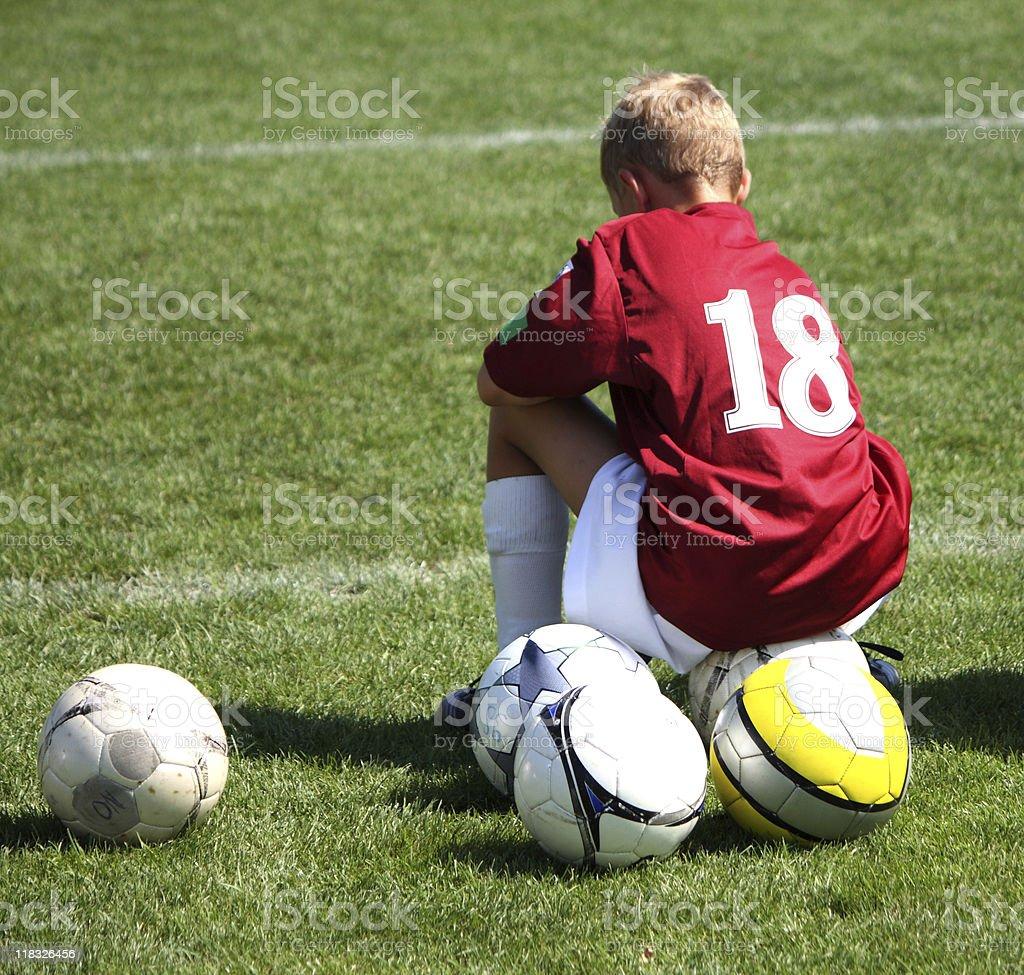お子様はサッカー選手に座るボール 1人のストックフォトや画像を多数ご