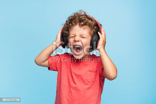 istock Kid suffering from loud sound 854010738