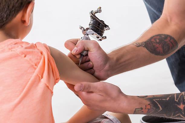 kind, tätowiert - lausbub tattoo stock-fotos und bilder