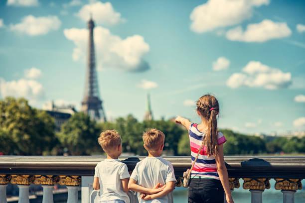 kid paris visite touristique - nuage 6 photos et images de collection