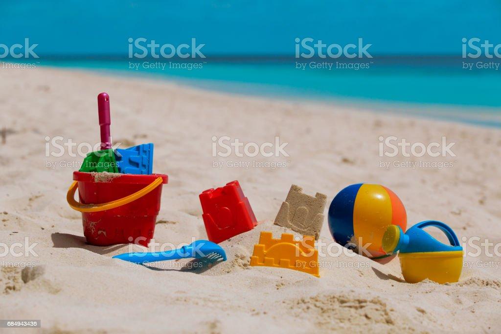 Kinder Spielzeug auf tropischen Sandstrand Lizenzfreies stock-foto