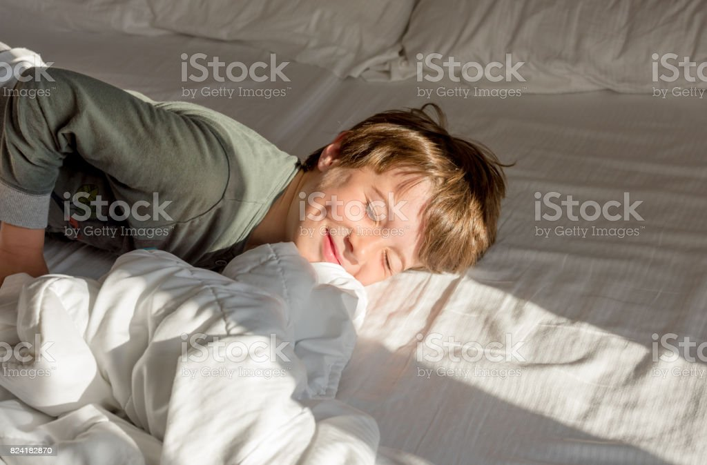 Niño despertar - foto de stock
