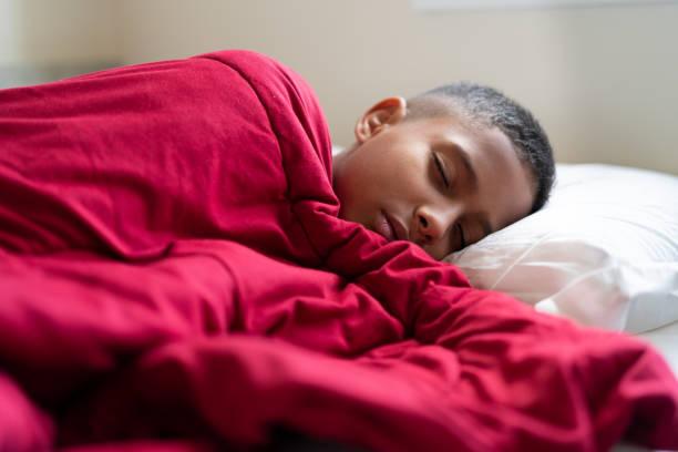 kind aufwachen - bett für jungs stock-fotos und bilder