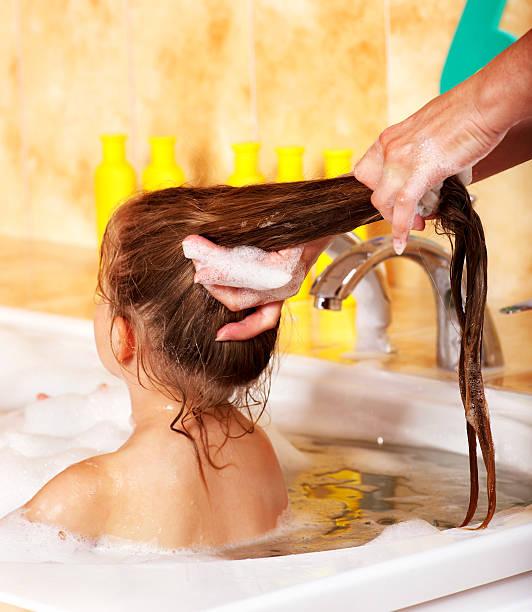 Kid Waschen Haare mit shampoo. – Foto