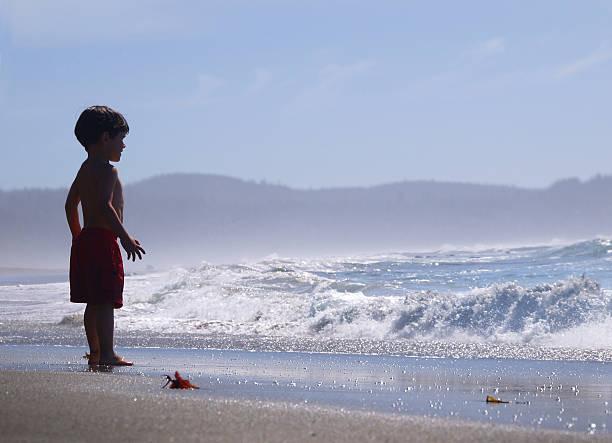 Kind vor dem Meer – Foto