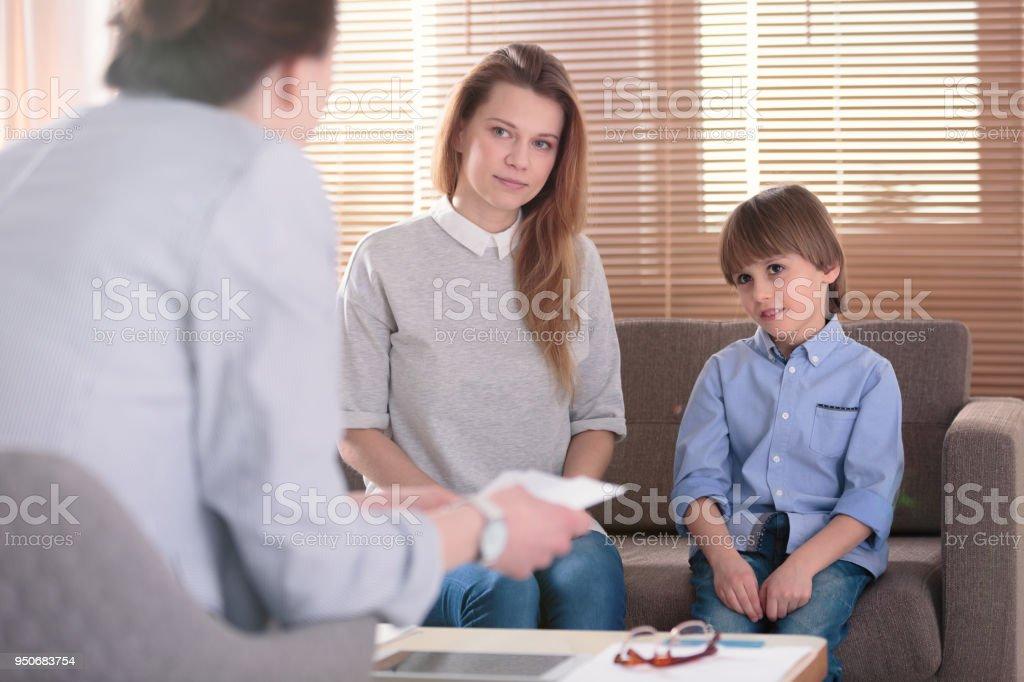 Niños con TDAH y madre - foto de stock