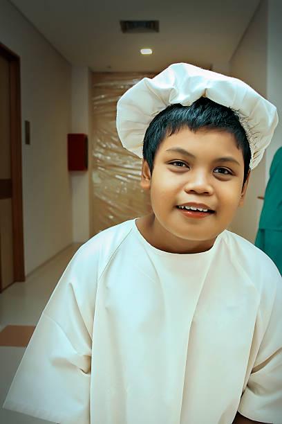kid avec autisme à l'hôpital - circoncision photos et images de collection