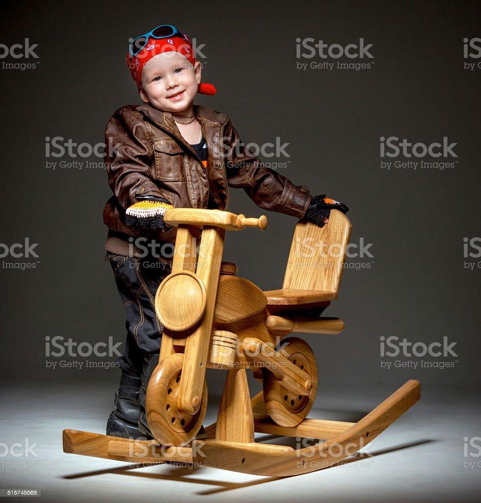 Niño con motocicleta de madera - foto de stock