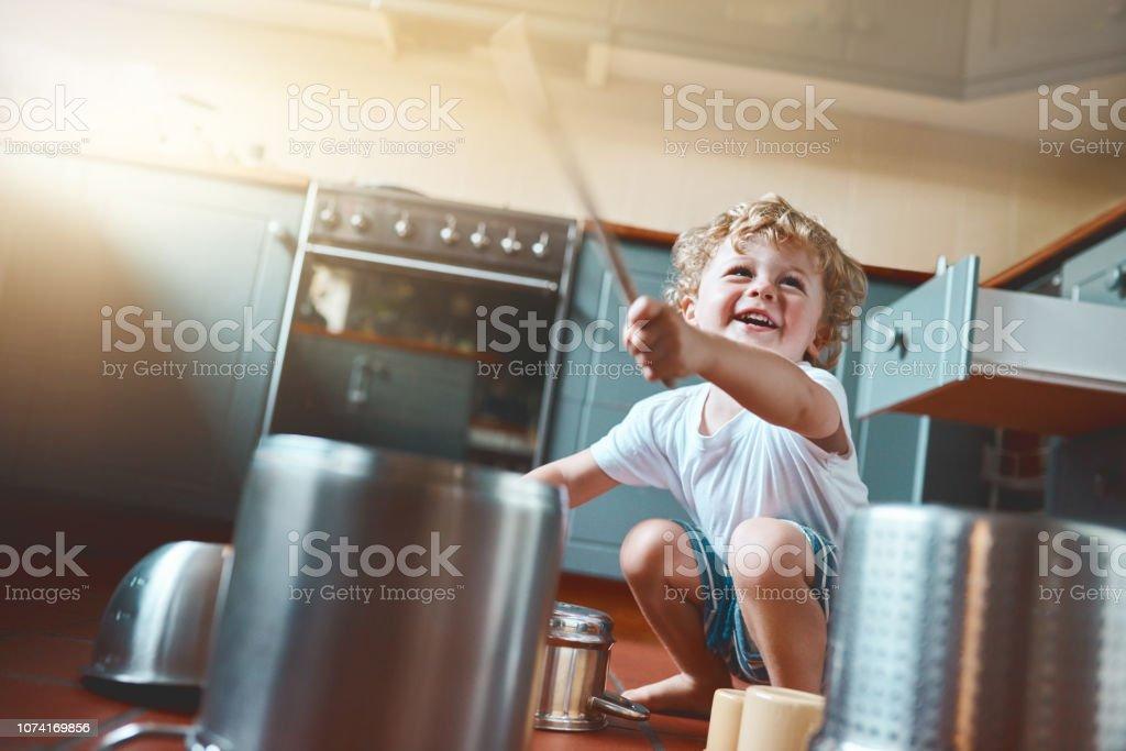 Crianças sempre tirar o máximo proveito de tudo - foto de acervo