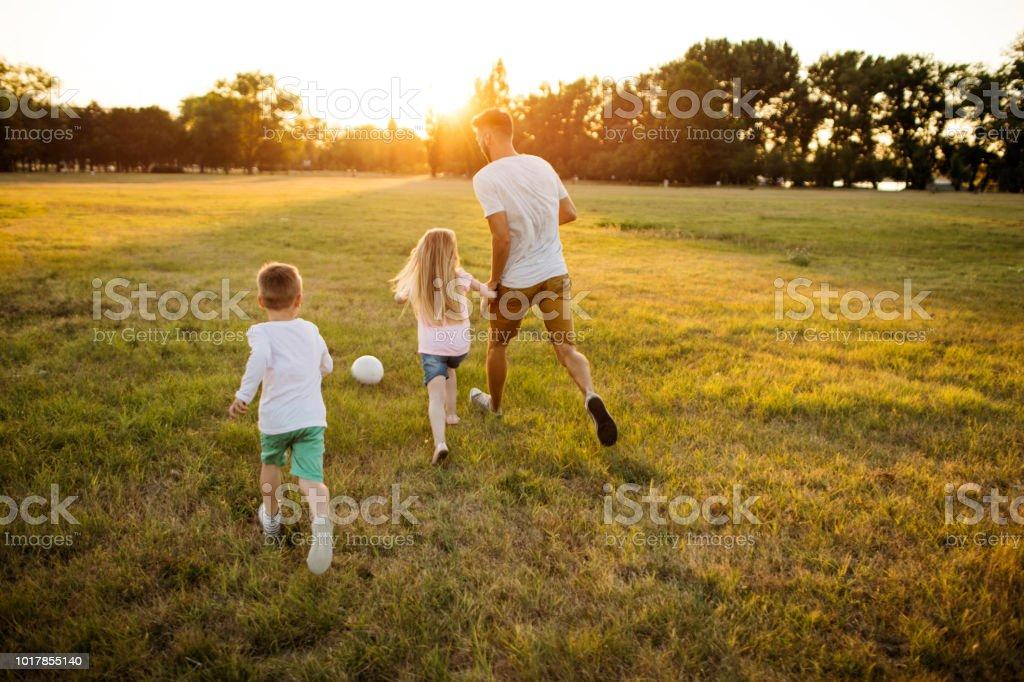Enfants et père jouant - Photo