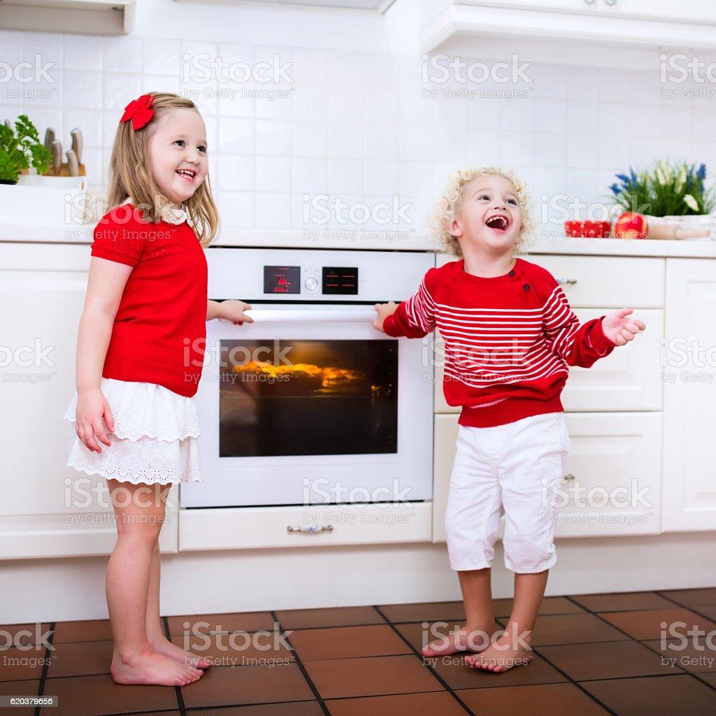 Kids baking and waiting apple pie zbiór zdjęć royalty-free