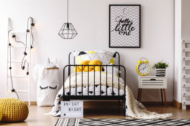 kinderschlafzimmer mit retro-uhr - tafel schlafzimmer stock-fotos und bilder