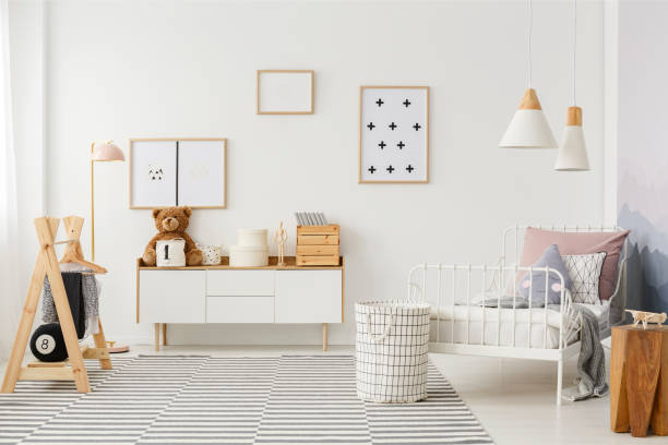 kinder schlafzimmer mit holzmöbeln - sideboard skandinavisch stock-fotos und bilder