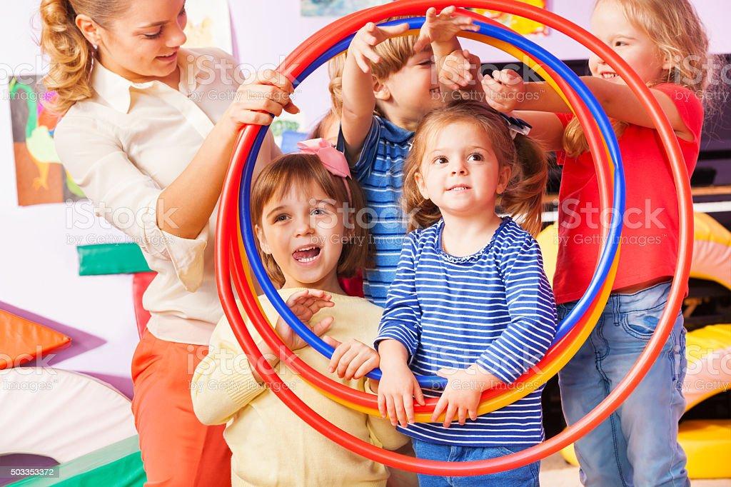 Kinder, Jungen und Mädchen Suchen durch Reifen Lizenzfreies stock-foto