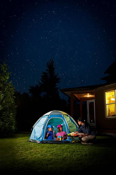 kinder camping im hinterland - mädchen night snacks stock-fotos und bilder