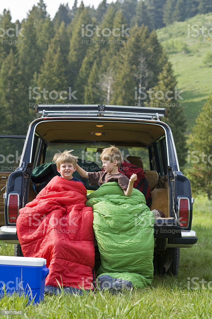 Kids camping with family in wilderness. photo libre de droits