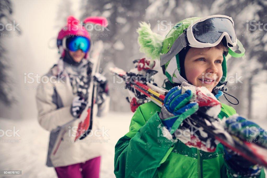 Kinder Ski tragen, an einem schönen Wintertag – Foto