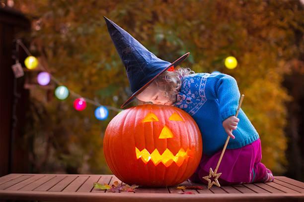 kinder beim kürbisschnitzen halloween-kürbis - halloween party lebensmittel stock-fotos und bilder