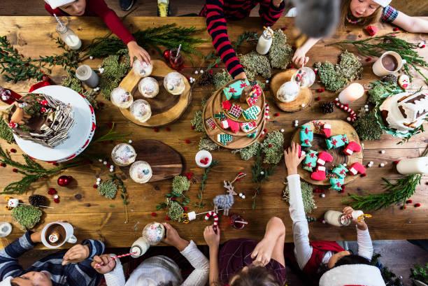 kinder-weihnachts-party mit vielen süßigkeiten - kindergarten workshop stock-fotos und bilder