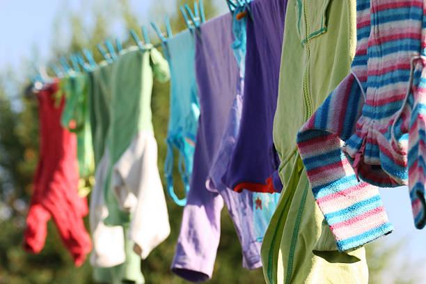 Kinder Kleidung Trocknen auf Kleidung Linie – Foto