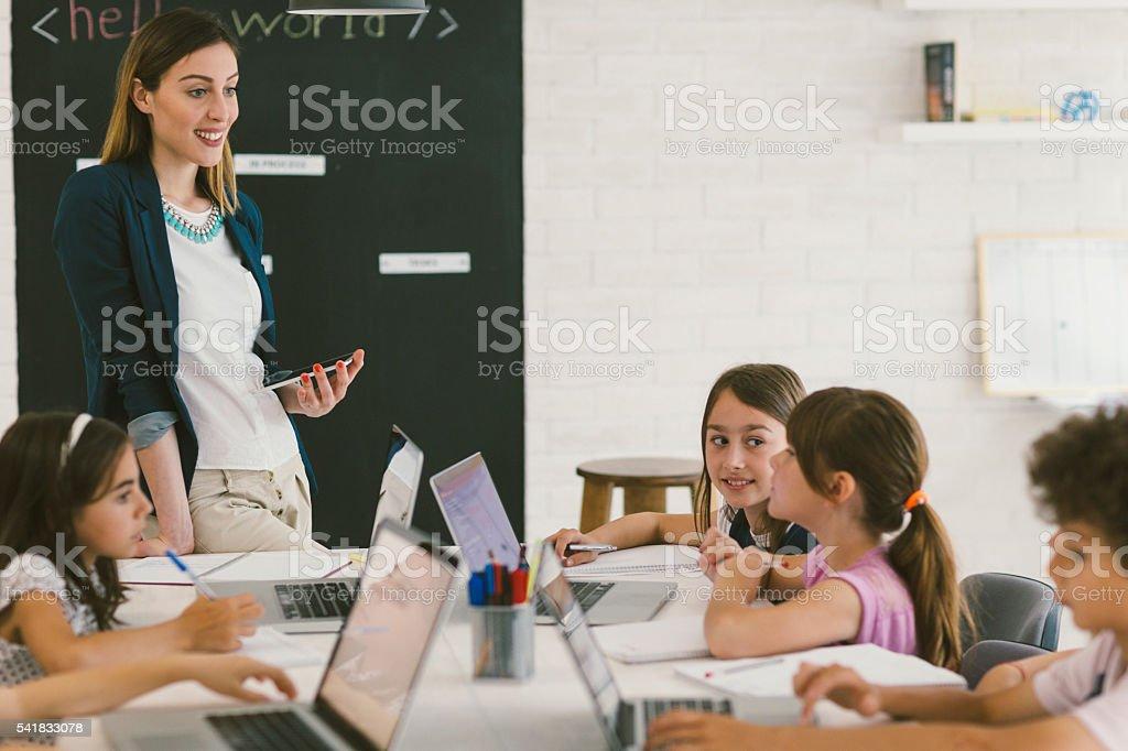 Crianças na escola de codificação - foto de acervo